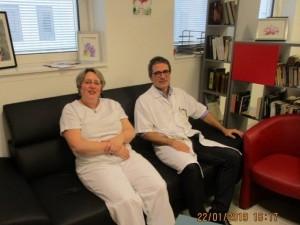Le Pr Christian Recher et Mme Venturi,  cadre de santé,  dans la salle des familles.